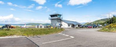 Oban Schotland - Mei 17 2017: De Oban-luchthavengebouwen die het vliegveld overzien royalty-vrije stock fotografie