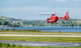 Oban Schotland - Mei 17 2017: Rode Luchtziekenwagen die terug naar Ierland beginnen te vliegen royalty-vrije stock afbeelding