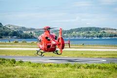Oban Schotland - Mei 17 2017: Rode Luchtziekenwagen die terug naar Ierland beginnen te vliegen stock afbeeldingen