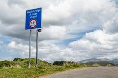 Oban Schotland - Mei 17 2017: Tekenwaarschuwing van een zwakke brug 3 mijlen vooruit met maximum gewicht om van 7 te dragen 5 T Stock Foto