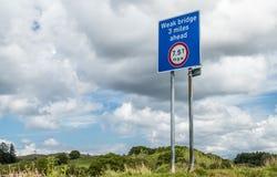 Oban Schottland - 17. Mai 2017: Unterzeichnen Sie Warnung einer schwachen Brücke 3 Meilen voran mit dem maximalen Gewicht, zum vo Stockfotos
