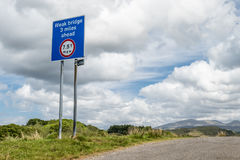 Oban Skottland - Maj 17 2017: Underteckna varning av en svag bro 3 mil framåt med det maximal vikt som ska bäras av 7 5 T Arkivfoto