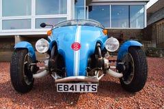 Oban, Vereinigtes Königreich - 20. Februar 2010: Blackjack avion Auto vor Haus Kit Car auf Kiesboden blau Lizenzfreie Stockfotos