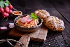Obatzda - tradycyjny Bawarski rozszerzanie się robić ser, masło, cebula, papryka proszek i piwo, Obraz Royalty Free