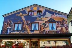 Obberamergau, Alemanha - 15 de outubro de 2017: Casas tradicionais com fotografia de stock