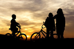 Obbligazione dei bambini e della mamma al tramonto. Immagini Stock Libere da Diritti