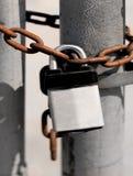 Obbligazione della catena e della serratura Fotografie Stock