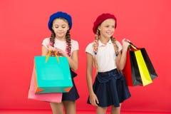 Obcecado com compra e alamedas da roupa Conceito de Shopaholic Sinais você é dedicado à compra Estudantes bonitos das crianças imagem de stock