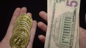Obciążający Bitcoins i Amerykańskich dolary banknotów Krajowa waluta usa Cyfrowej waluta i Tradycyjna gotówka zbiory wideo
