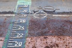 Obciążeniowego kreskowego ocechowania i szkicu skala na ośniedziałej łusce statek w suchej kurtyzacji podczas napraw zdjęcie royalty free