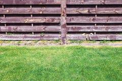 Obcięty gazon blisko drewnianego ogrodzenia zdjęcie stock