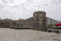 Obciosuje przed antycznym fortecą St Mary lub cytadelą, Obraz Stock