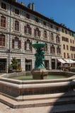 Obciosuje z budynkami restauracja i fontanna, w Chambéry Zdjęcia Royalty Free