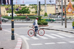 Obcokrajowa kolarstwo na Bangkok ulicie Obrazy Stock
