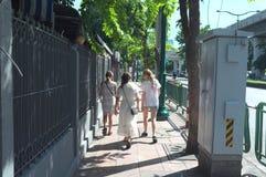 Obcokrajowiec wokoło Chatuchak rynku zdjęcia royalty free