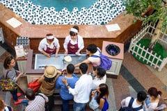 Obcokrajowowie w GUMOWYM zakupu lody w filiżance obraz royalty free