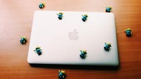 Obcy na jabłku Zdjęcie Stock