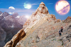 Obcy planeta krajobraz i dwa halnego arywisty Obraz Royalty Free