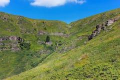 Obcy, skalisty, nasłoneczniony krajobraz, i prawie suszący w górę Kopren siklawy zdjęcia stock