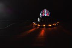 Obcy statek kosmiczny, jarzeniowy UFO, dziecka ` s lampa, Zdjęcia Royalty Free