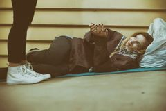 Obdachlose empfangende Hilfe des jungen jugendlich durch einen Fremden stockbilder