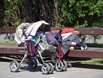 Obdachlose Frau schläft Stockbild