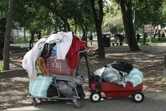 Obdachlose karren und Lastwagen Lizenzfreie Stockfotografie