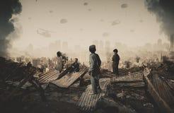 Obdachlose Kinder, die militärische Streitkräfte und Hubschrauber betrachten stockbilder