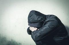 Obdachlose Manndroge und Alkoholsüchtiger allein sitzend und deprimiert auf dem Straßengefühl besorgt und einsam an den kalten Wi stockbild