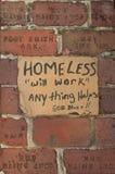 Obdachlose Pappe, die Zeichen erbettelt stockfoto