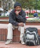 Obdachloser Afroamerikanermann stockfoto