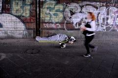 OBDACHLOSER AUF BERLIN-STRASSE Lizenzfreies Stockfoto