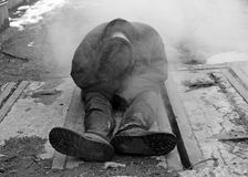 Obdachloser auf den kalten Straßen Stockbild