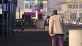 Obdachloser bei Santa Monica Pier, Los Angeles (Städte) stock video