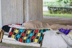 Obdachloser Bereich unter der Brücke stockfoto