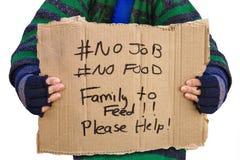 Obdachloser, der ein Brett hält Lizenzfreie Stockbilder