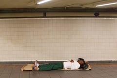 Obdachloser an der 34. Straßen-U-Bahnstation in Midtown Manhattan Lizenzfreie Stockfotos