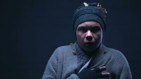 Obdachloser gequetschter Jugendlicher, der hysterisch von der Furcht, Angriff schreit und erzittert stock footage