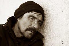Obdachloser im Tiefstand. Stockfoto