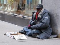Obdachloser Mann an der 5. Allee in Midtown Manhattan lizenzfreies stockfoto