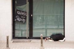 Obdachloser Mann, der auf dem strren schläft Stockfotos