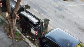 Obdachloser Mann, der in den Abfall mitten in der Straße gräbt Hunger, Elend stock video