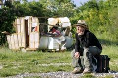 Obdachloser Mann, der einen Schutz herbeisehnt Stockfoto