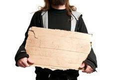 Obdachloser Mann, der Pappzeichen hält Stockfotografie