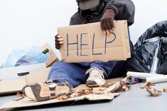 Obdachloser Mann, der um eine Hilfe bittet Stockbilder