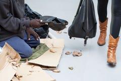 Obdachloser Mann, der um Geld auf der Straße bittet Lizenzfreie Stockfotos