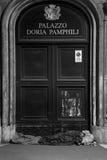 Obdachloser Mann, der vor Palazzo Doria Pamphilj schläft Lizenzfreies Stockfoto