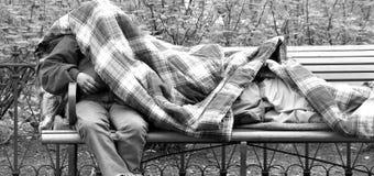 Obdachloser Mann drau?en lizenzfreie stockfotos