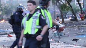 Obdachloser Mann gelassen von den Aufstandoffizieren Flaschen aufheben stock video footage