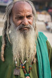 Obdachloser Mann im langen Bart Stockfoto